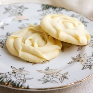 Melt in your mouth cookies. So easy to make, delicate cookies. These buttery, delicious cookies melt your mouth and quickly vanish from your house. Perfect dough, you can use piping bag to make different shapes. www.munatycooking.com | @munatycooking.