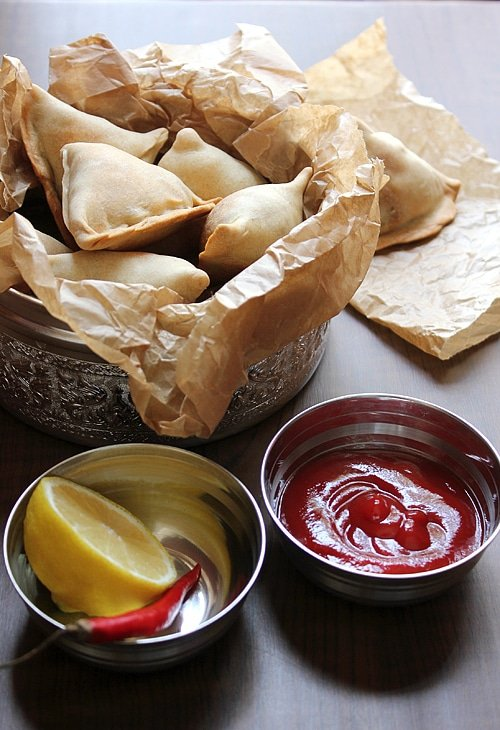 Baked Aloo Samosa. This samosa version is baked and low in calories yet delicous and worth a try. www.munatycooking.com | @munatycooking