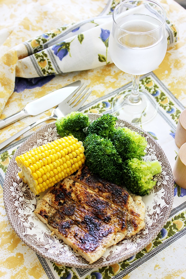 grilled chicken with corn served with broccoli