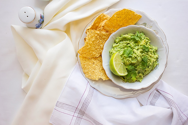 Guacamole recipe. Authentic Mexican recipe made with simple, fresh ingredients. Homemade Mexican Guacamole, perfect appetizer and a side dish. www.munatycooking.com | @munatycooking #guacamole