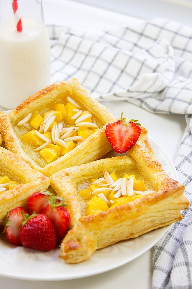 Mango Almond Tart. Fresh Fruit Tart recipe that will make you ask for more. A combination of flaky crust, fresh mango, crunchy almonds, made this dessert irresistible. Easy Mango Tart recipe looks super impressive and tastes delicious. www.munatycooking.com | @munatycooking
