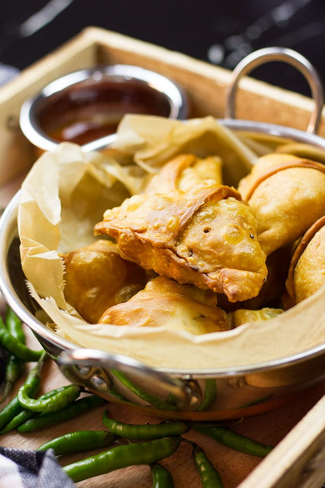 Close image of chicken samosa.